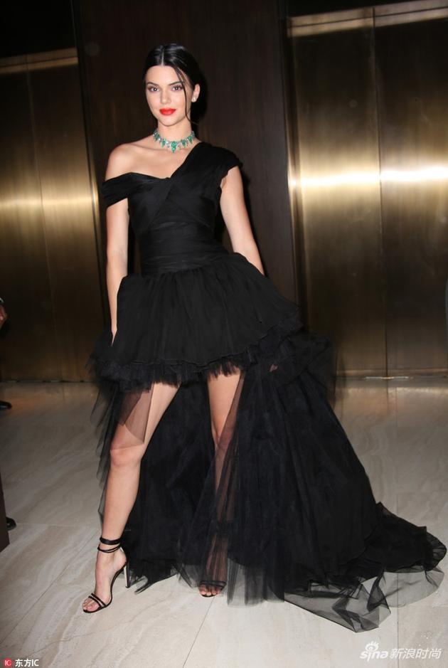 红超模肯豆一身斜肩小黑裙的俏皮造型现身助阵某活动