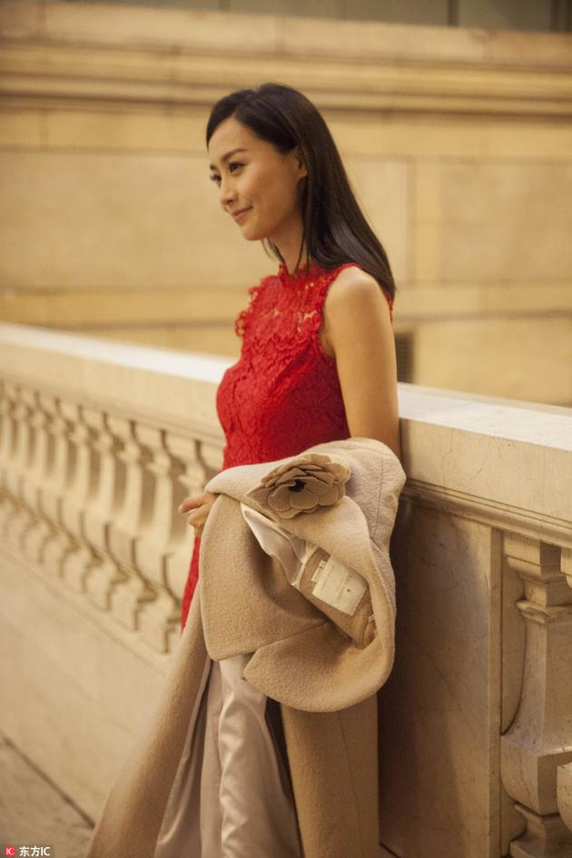女星陈法拉也亮相了,助阵Kate Spade专场秀 驼色大衣搭红色连衣裙气质优雅。