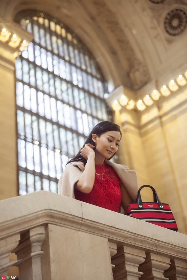 女星陈法拉也亮相了,助阵Kate Spade专场秀 驼色大衣搭红色连衣裙气质优雅