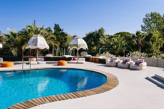 喜欢游泳的客人可以选择带私人泳池的家庭套房