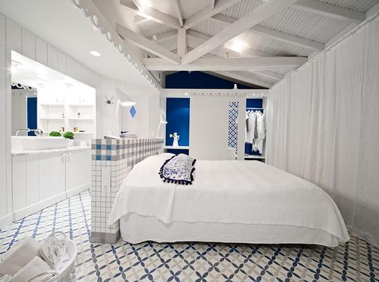 白色的墙壁和瓷砖,带一点蓝色调,像爱琴海海水的色彩