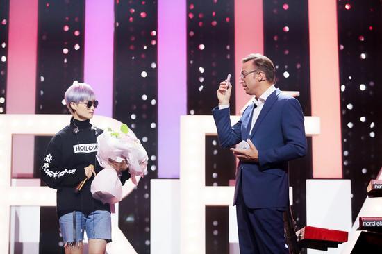 欧莱雅中国副总裁、大众化妆品部总经理杜涵泰先生上台献花