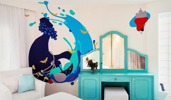 每间房间的墙上画有不同的彩绘