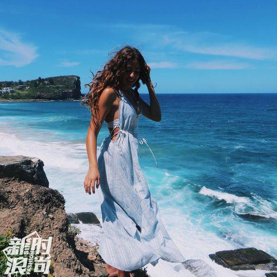 时尚博主穿蓝色系长裙