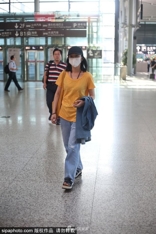 周迅一身便装现身机场 气质清新宛若少女