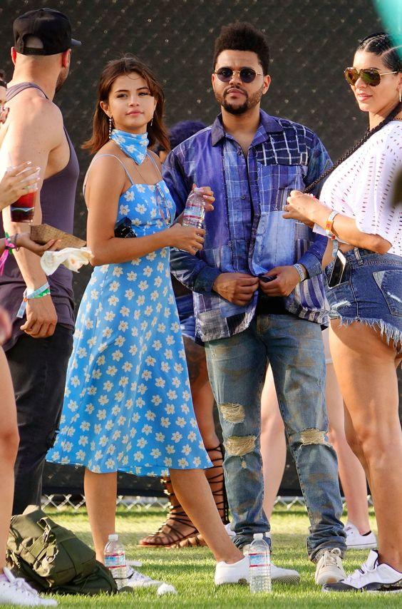 Selena Gomez穿印花复古连衣裙