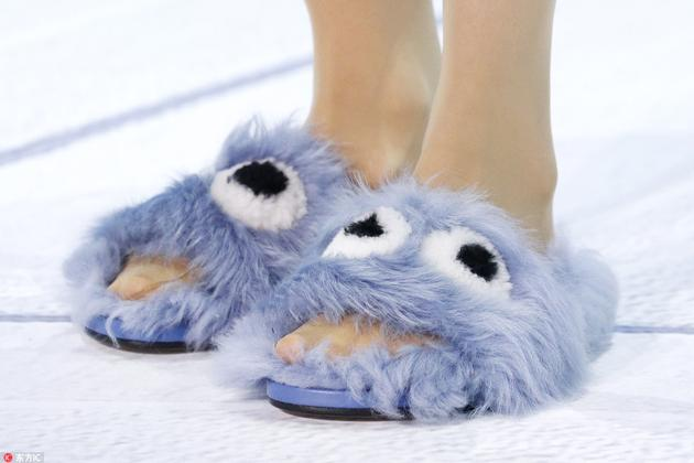 Anya Hindmarch毛拖鞋
