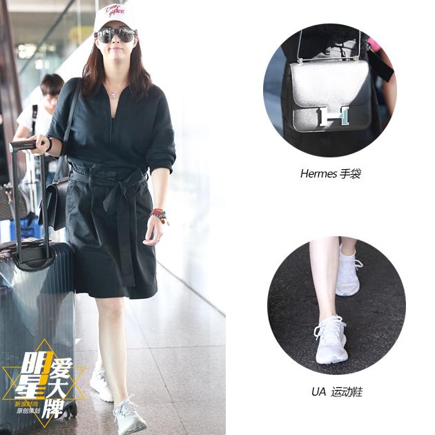 蒋欣酷黑裙装现身机场 尽显长腿优势