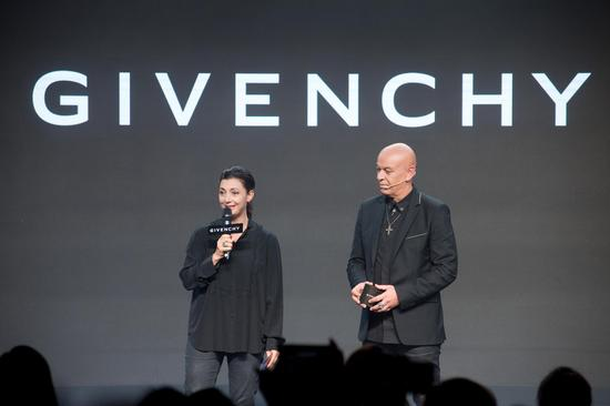 -纪梵希全球彩妆创意总监Nicolas Degennes与纪梵希美妆全球传媒总监Aude Chatelin女士致欢迎词