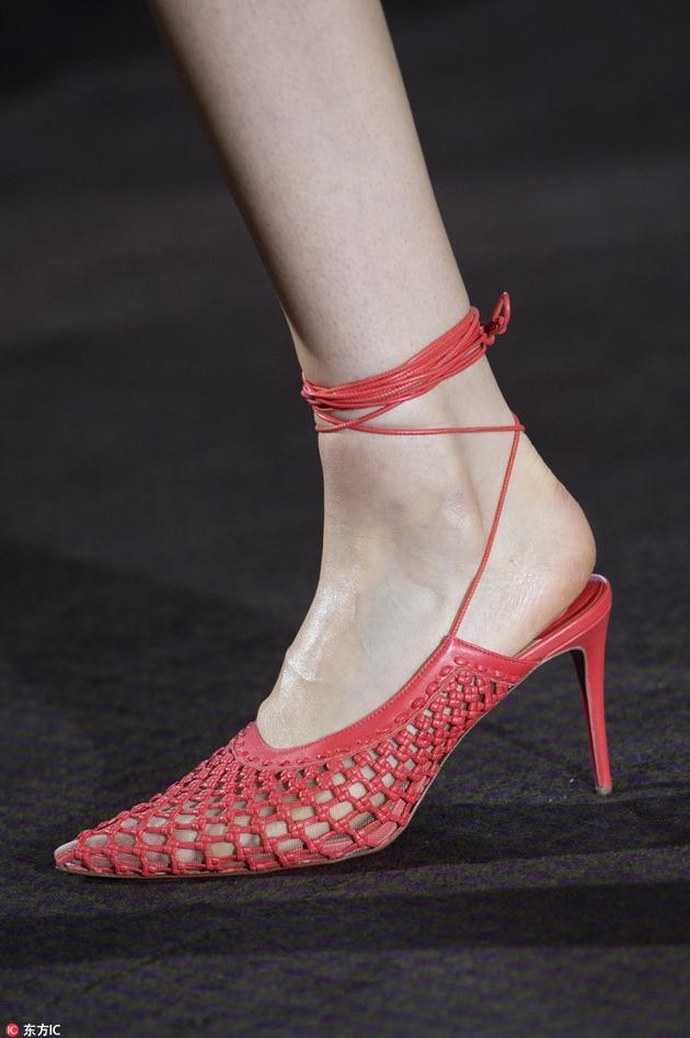 Roland Mouret的网格高跟鞋