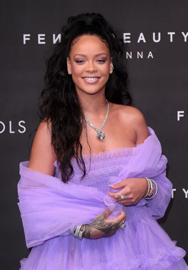 蕾哈娜穿紫色蛋糕裙扮嫩 肩膀肉肉藏不住|蕾哈娜|蛋糕裙|淡紫色_热点时尚_热点网