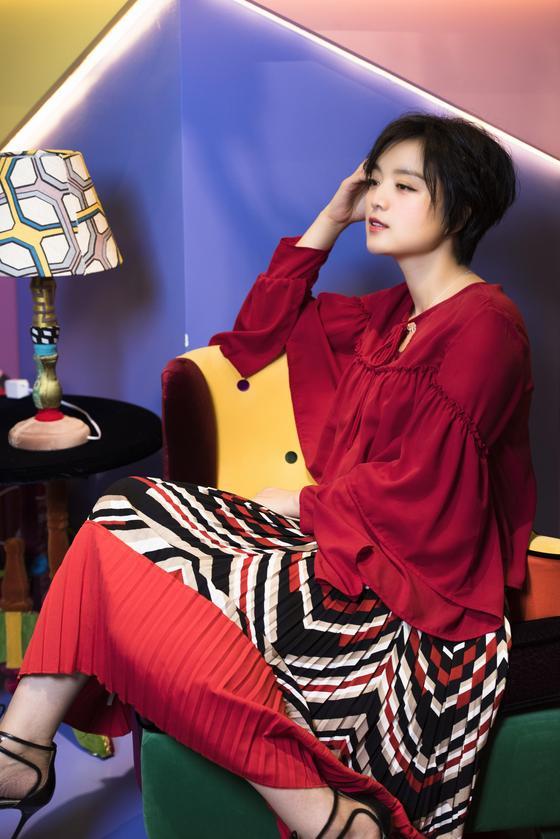 白雪百褶红裙优雅明艳