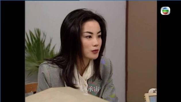 王菲穿格纹西装搭配蝴蝶结衬衫