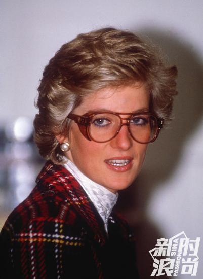 视力正常的戴妃早就把眼镜当做配饰了