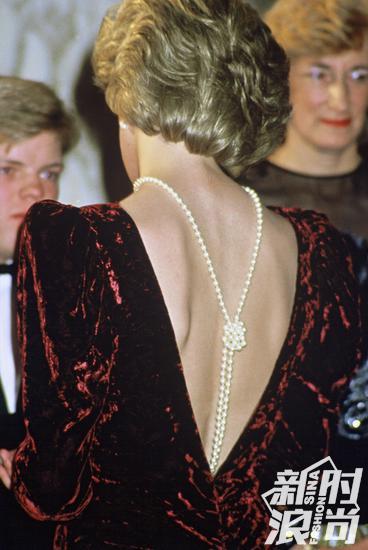 戴安娜反戴珍珠项链