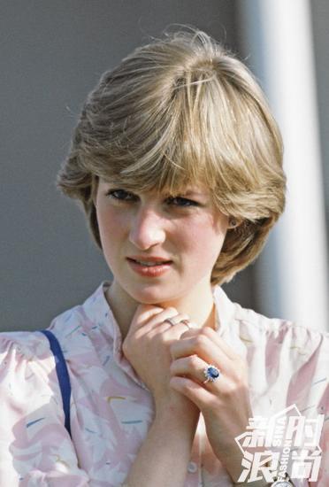 戴安娜左手佩戴两只腕表