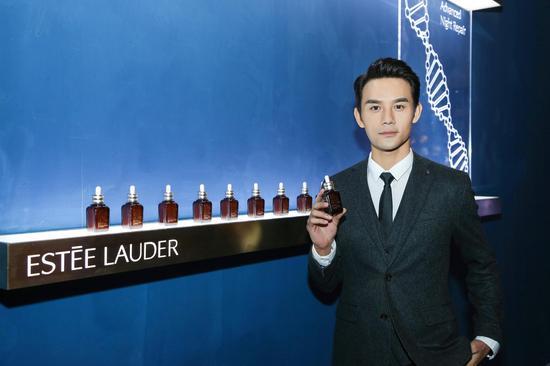 王凯与小棕瓶展示区合影