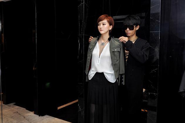 《时尚不死》买手篇的主人公杨晓维在为高定客户试装