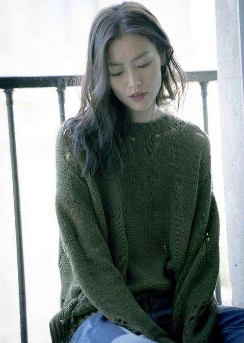 刘雯穿破洞毛衣