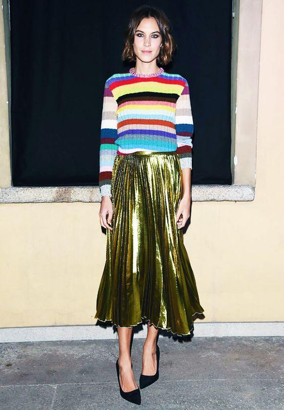 钟小姐穿彩虹条纹毛衣
