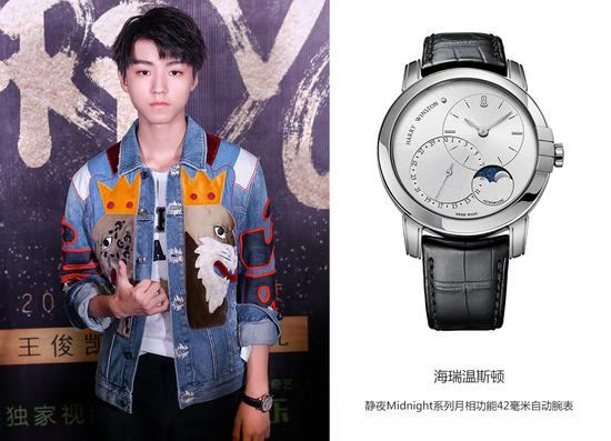 在采访环节,王俊凯选择佩戴经典简洁的静夜Midnight系列月相功能42毫米自动腕表