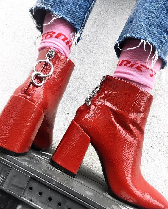 粉色字母袜搭配红色靴子