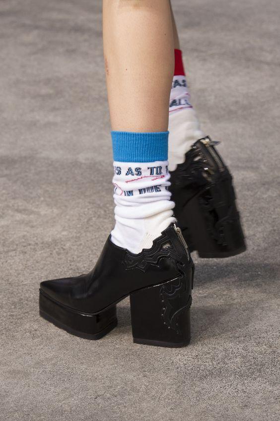 运动风的字母袜子
