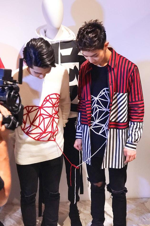 周震南马伯骞身着同款心形图案胶囊系列针织衫