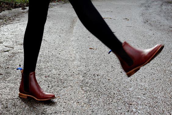 中长款的切尔西靴配打底裤