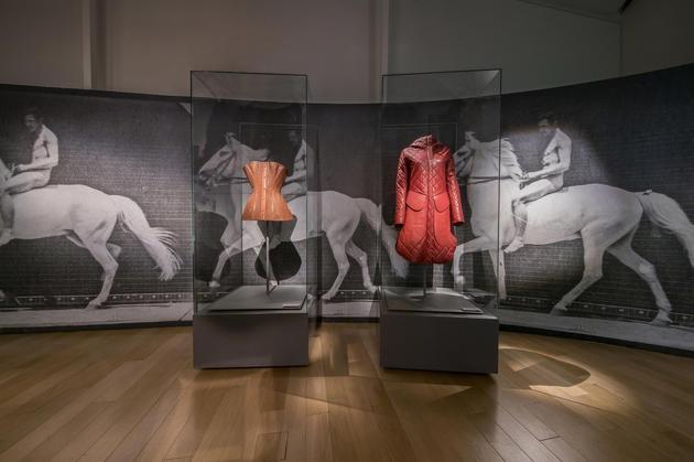 第三章节-马鞍,爱马仕的马鞍兼顾质量与美观的特点,此概念沿用于小牛皮外套以及珍珠鱼塑身衣,构建起马具品类之间丰富生动的对话
