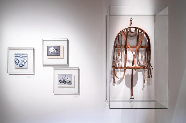 来自2017年爱马仕当代作品系列的缰辔皮衣架由马缰革制成,完美继承了鞍具行业最引以为傲的卓越工艺,堪称杰作