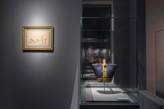 埃米尔·爱马仕私人藏品石版画《鞍辔已备,整装待发》以及来自品牌收藏系列的小款Camail皮包