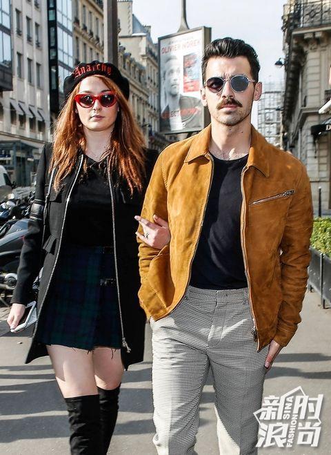 Sophie Turner&Joe Jonas现身街头大秀钻戒