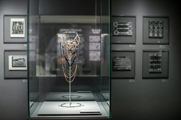 """这款""""华丽的缰辔""""高级珠宝,以华丽的缰辔方巾作为经典元素、加以沿用,创作出如雕塑般的珠宝杰作"""