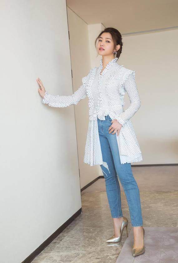 陈妍希衬衫配牛仔清新俏皮