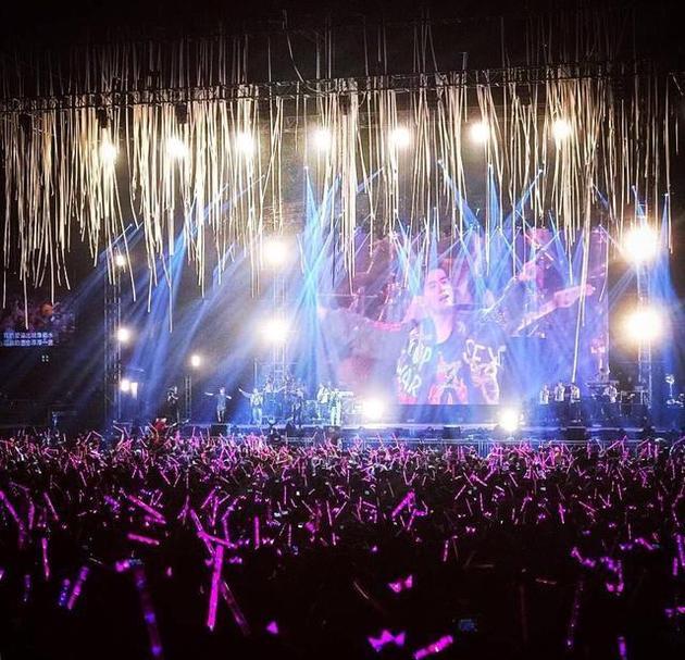 每次演唱会都是玫粉色的灯海