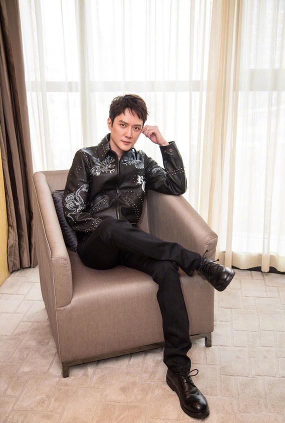 冯绍峰穿皮衣酷帅有型