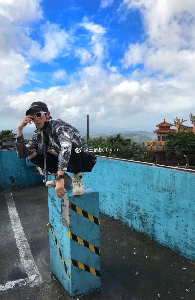 王鹤棣凹造型街拍照
