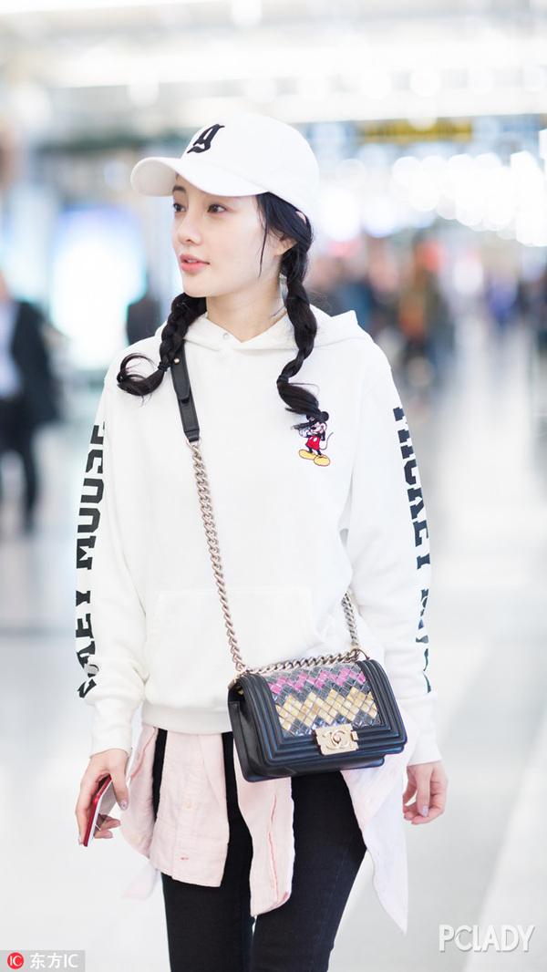 没了欧阳娜娜的少女感 赵薇就用双麻花辫来凑