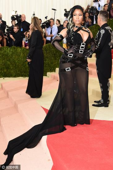 Nicki Minaj身着Jeremy Scott为其打造的礼服