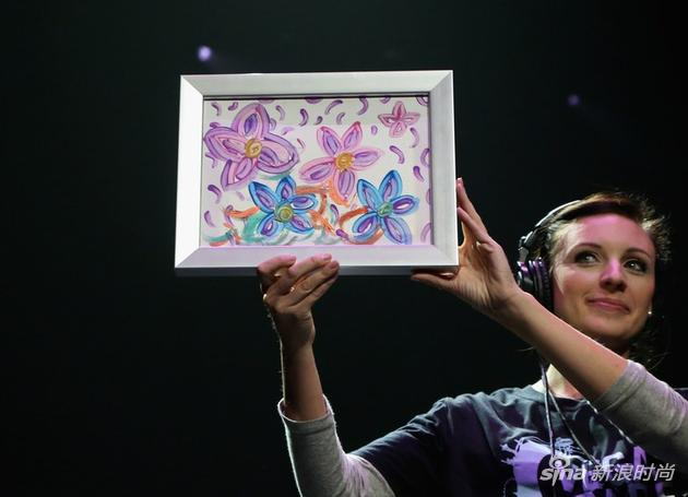 正是这幅水彩画,布兰妮将它献给了慈善
