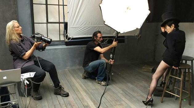 Annie Leibovitz掌镜2016倍耐力年历,图片为拍摄小野洋子花絮照