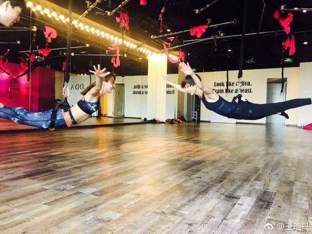 王珞丹和姐姐练瑜伽