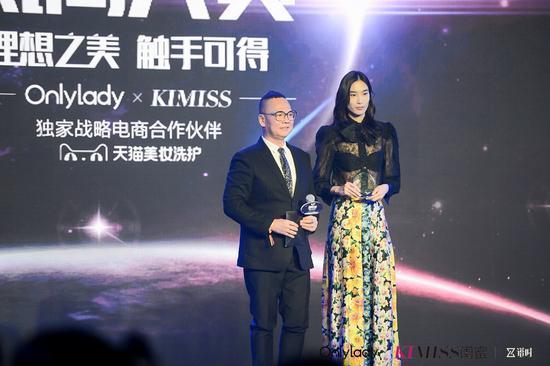 左:Andy Creation创始人国际彩妆界殿堂级人物Andy老师;右:2017年度风尚超模薛冬琪
