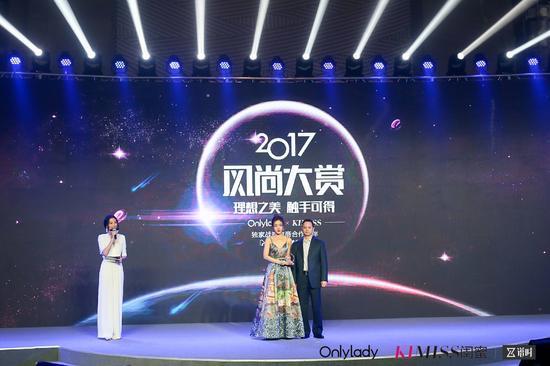 左:2017年度风尚突破女演员邓家佳;右:星期六股份有限公司副总裁刘海金