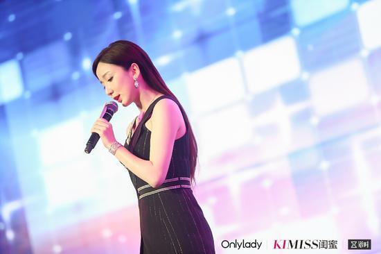 娄艺潇现场献唱《野生情人》