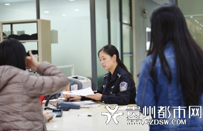 两位市民在出入境大厅内办证