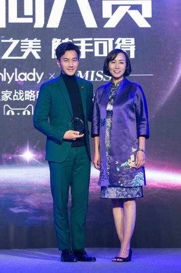 左:2017年度最具影响力风尚男演员刘恺威;右:OnlyLady&KIMISS CEO李云