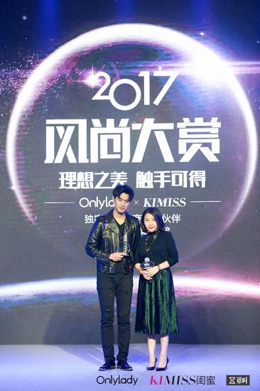 左:2017年度风尚人气男歌手于湉;右:OnlyLady副总裁孙莹