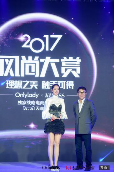 左:2017年度最具影响力风尚女演员郭碧婷;右:天猫美妆洗护总经理古迈